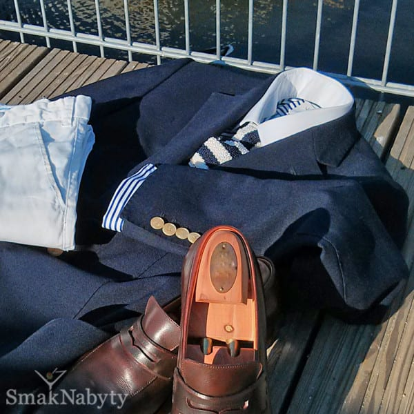 Blezer. Zestaw białych spodni z  granatową marynarką