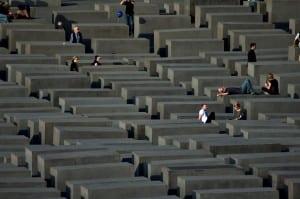 Pomnik Pomordowanych Żydów Europy w Berlinie to też labirynt, ale - w założeniu - innego rodzaju. Fot. Tx0h/CC-by-SA 3.0/Commons